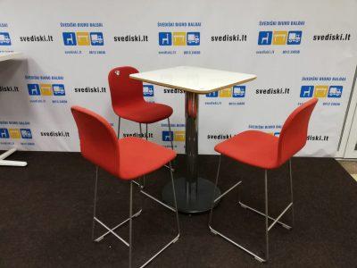 raudonos spalvos pusbario kėdės, baltas baro stalas