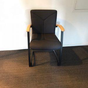 Kinnarps ARCUS Tamsiai Rudo Audinio Kėdė Su Beržo Porankiais, Švedija